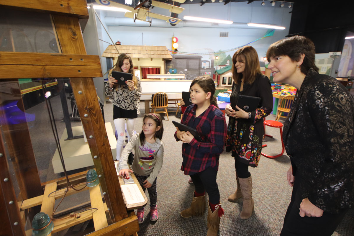 Group uses iPads at HOSC exhibit